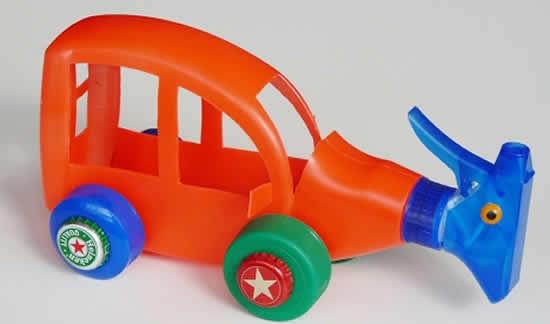 Brinquedo com garrafa plástica